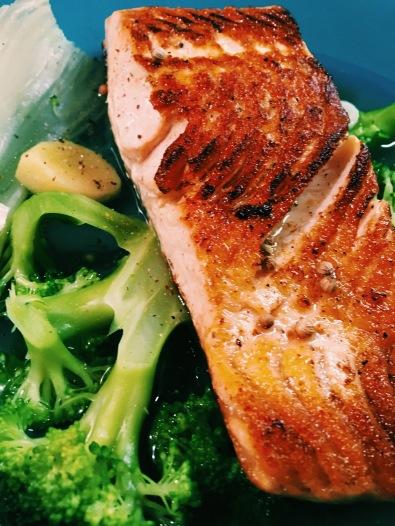 Salmone in brodo piccante di verdura